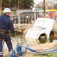 В столице Украины вследствие прорыва трубы под асфальт провалилось три автомобиля