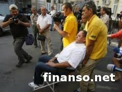 Ректор-взяточник Мельник доставлен в зал суда на кресле-каталке