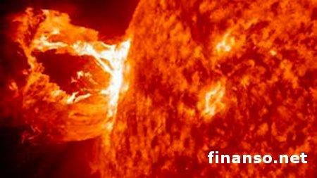 """В сторону Земли от Солнца летит """"жгут"""" плазмы в сотни миллионов тонн - последствия"""